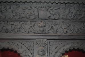 Détail d'une frise en bois sculpté.Patine grise