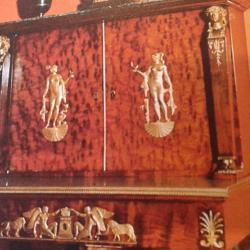 Bronzes sur un meuble empire en acajou moucheté