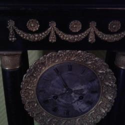 Détail bronzes d'une pendule portique 19ème