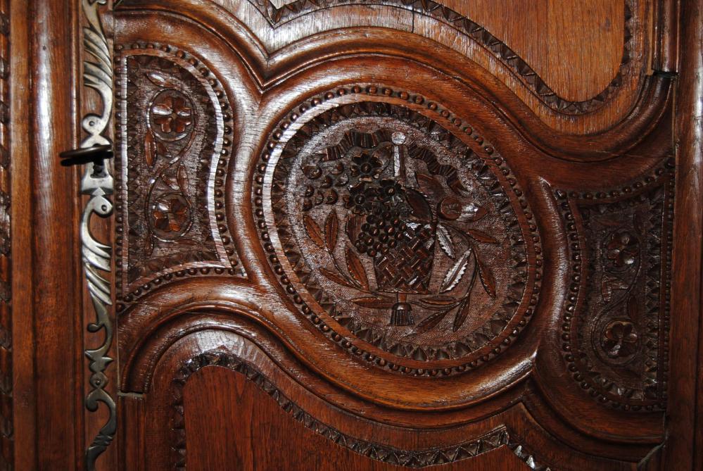 Détail d'une traverse de porte d'armoire normande